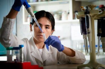 Doctora Calfio en Laboratorio